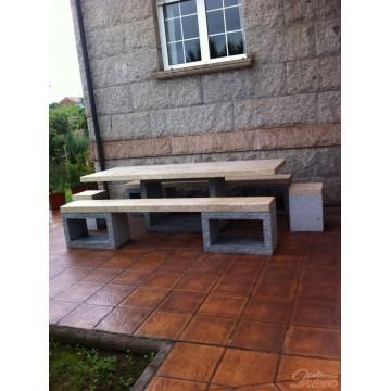 Mesa con bancos y taburetes
