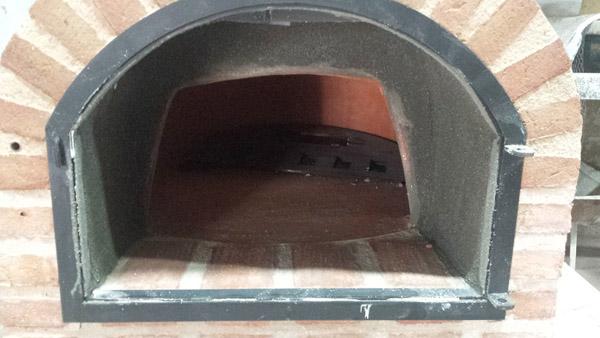 aplicación de cemento refractario en el interior de la embocadura