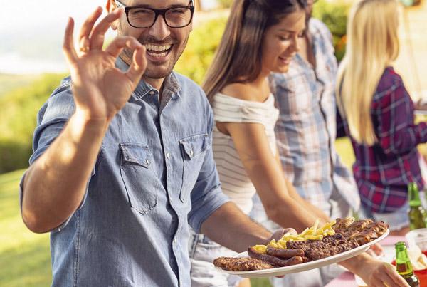 familia disfrutando de la comida hecha en hornos de leña