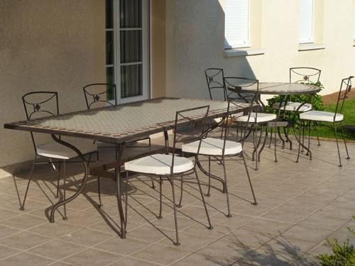 foto con montaje de mesa rectangular y mesa redonda